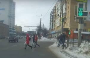 В Смоленске толпа пешеходов кинулась под колеса автомобилей