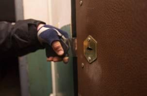 Смоленскую пенсионерку обокрали в ее же квартире