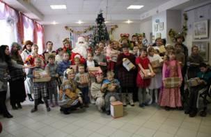 Смоляне помогли Деду морозу поздравить детей из центра «Вишенки»