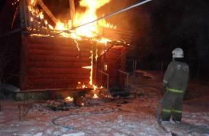 В Смоленской области горят гаражи и бани