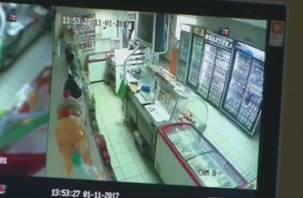Налет на магазин в Смоленской области попал на камеру видеонаблюдения
