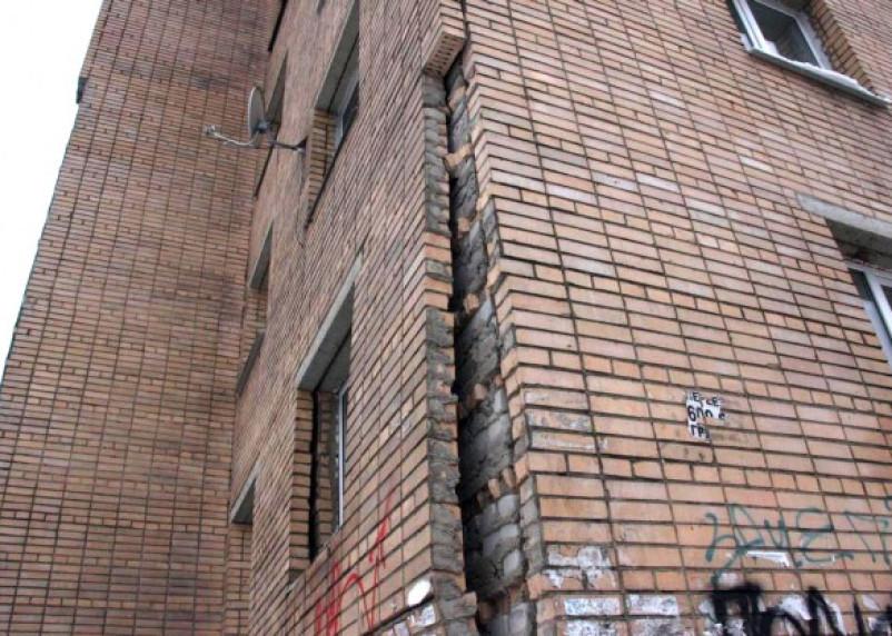 Жильцы смоленской многоэтажки боятся погибнуть (фоторепортаж)