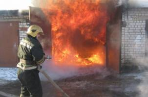 В Рославле горящий гараж едва не привел к трагедии