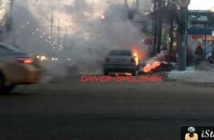 В Смоленске прямо на оживленной улице горел «Фольксваген»