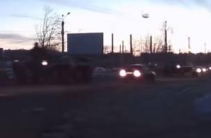 По Смоленску разъезжают бронетранспортеры (видео)