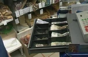 Смолянин обчистил кассу магазина, «затарившись» продуктами