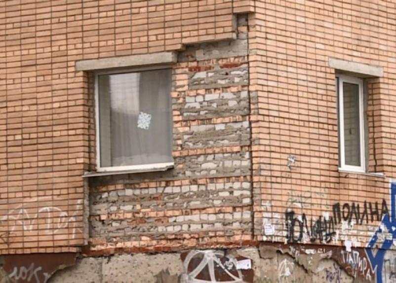 В Смоленске обрушился фасад треснувшей многоэтажки