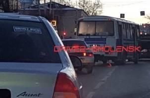 Автобус, влетевший в иномарку, спровоцировал большую пробку в Смоленске