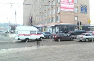 В Смоленске карета скорой помощи влетела в легковушку
