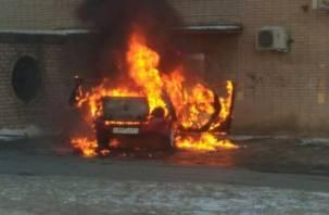Появилось видео горящего автомобиля на Шевченко
