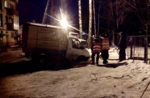 В Смоленске грузовик с надписью «Проедем везде» провалился под землю