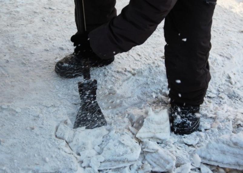 Смоленские дворники будут колоть лед вручную