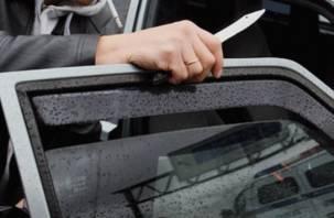 Смоленский пассажир нанес таксисту удар ножом в глаз