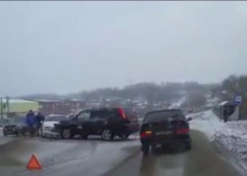 Появилось видео с места серьезной аварии на Краснинском шоссе в Смоленске