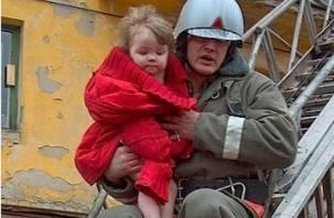 В Смоленске на Королевке сосед спас из горящей квартиры двухлетнего ребенка и мать