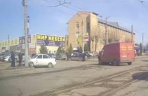 В Смоленске столкнулись микроавтобус и легковушка