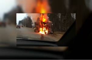 В Смоленске на ходу перевернулся и загорелся грузовик