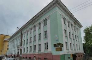 Смолянам на головы падает лепнина с исторического здания