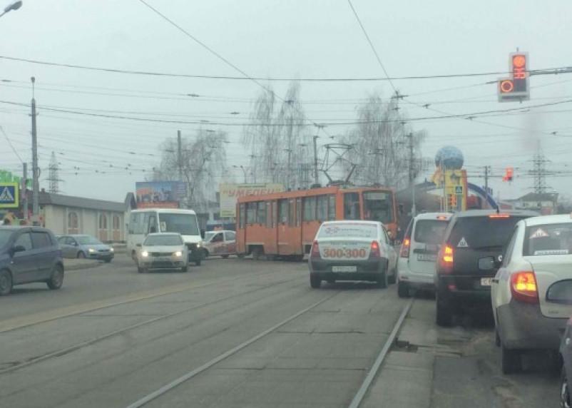 В Смоленске с рельсов сошел трамвай