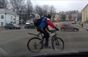 Смоленский велосипедист выписал вензеля на Пятницком путепроводе (видео)