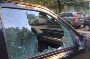В Смоленске двое парней украли деньги из автомобиля