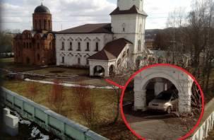 В Смоленске вход в церковь превратили в парковку