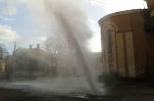 ВИДЕО: В Смоленске за кинотеатром «Октябрь» начал бить фонтан кипятка