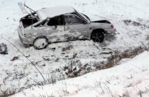 Водителя ВАЗа на скорости выкинуло в кювет