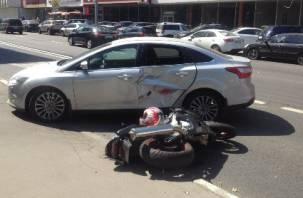 Смоленский мотоциклист влетел в иномарку