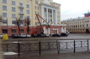 Отремонтированное здание бывшей гостиницы «Смоленск» уже разваливается?