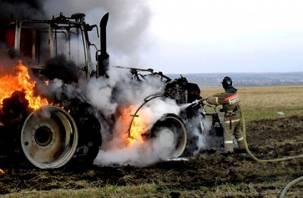 Смоленские пожарные тушили трактор, полуприцеп и авто