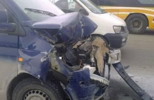 Смолянин на BMW столкнулся на встречке с двумя микроавтобусами