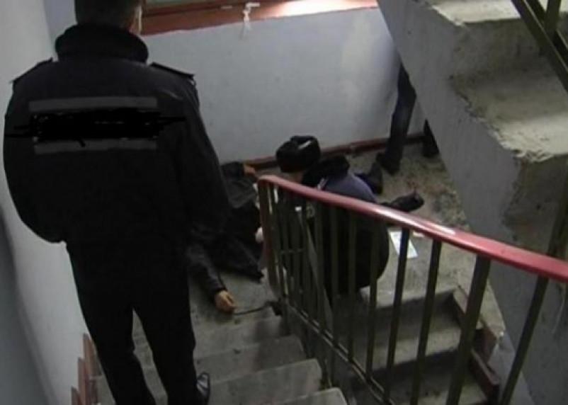 В Смоленске в подъезде обнаружено тело мужчины с огнестрельным ранением в голову