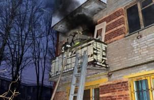 В Смоленске спасли пенсионера из горящей квартиры