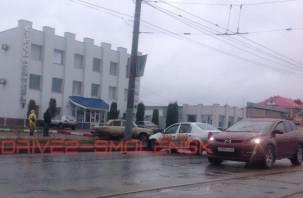 На улице Шевченко в Смоленске такси протаранило «шестерку»