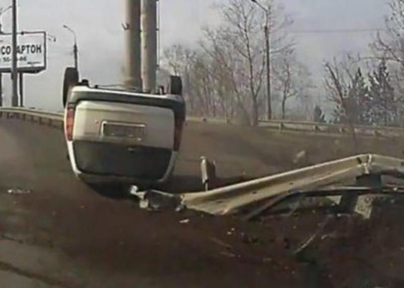На трассе Москва — Минск внедорожник влетел в ограждение и опрокинулся