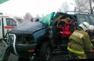 В Смоленской области иномарка врезалась в столб. Есть пострадавший