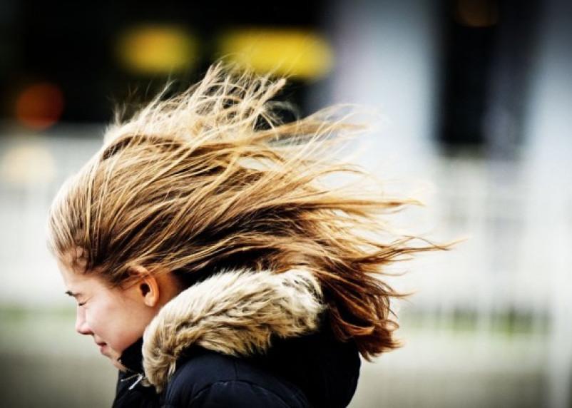 «Но вы держитесь!» Смолян предупредили о сильном ветре в эти выходные