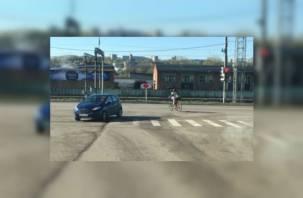 Смоленская велосипедистка с ребенком мчит на красный (видео)