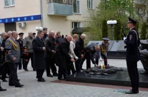 Смоленские полицейские и ветераны возложили цветы к мемориалу