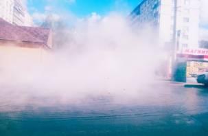 В Смоленске на проезжую часть хлынул кипяток