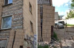 В Смоленске отвалился огромный кусок дома