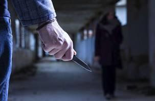 Угрожая ножом, мужчина отобрал у смолянки золото и кошелек