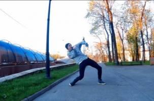 Смоленский парень «зажег» около Василия Теркина. Видео.