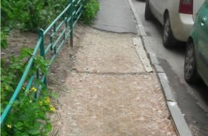 Смоляне застилают разбитые тротуары коврами