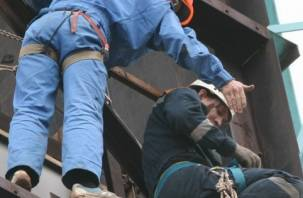 Смоленский рабочий покалечился, упав с 10-метровой высоты