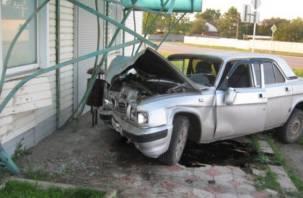 Смоленский лихач на скорости влетел в здание