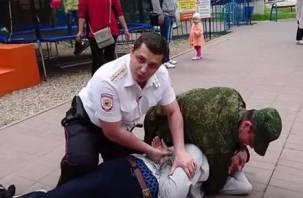 Жители Вязьмы сняли на видео полицейских, скрутивших душевнобольного подростка