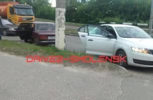 В Смоленске на дамбе произошло ДТП: собирается пробка