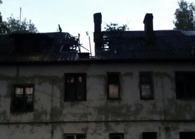 В Смоленской области большое дерево проломило крышу двухэтажного дома